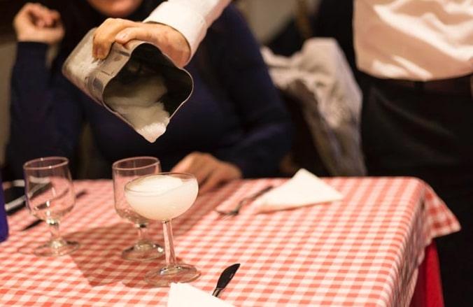 Sirviendo daiquiri de limón en Restaurante Zara