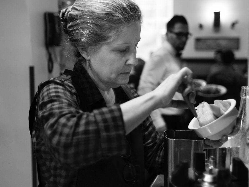 Inés Martínez haciendo daiquiri