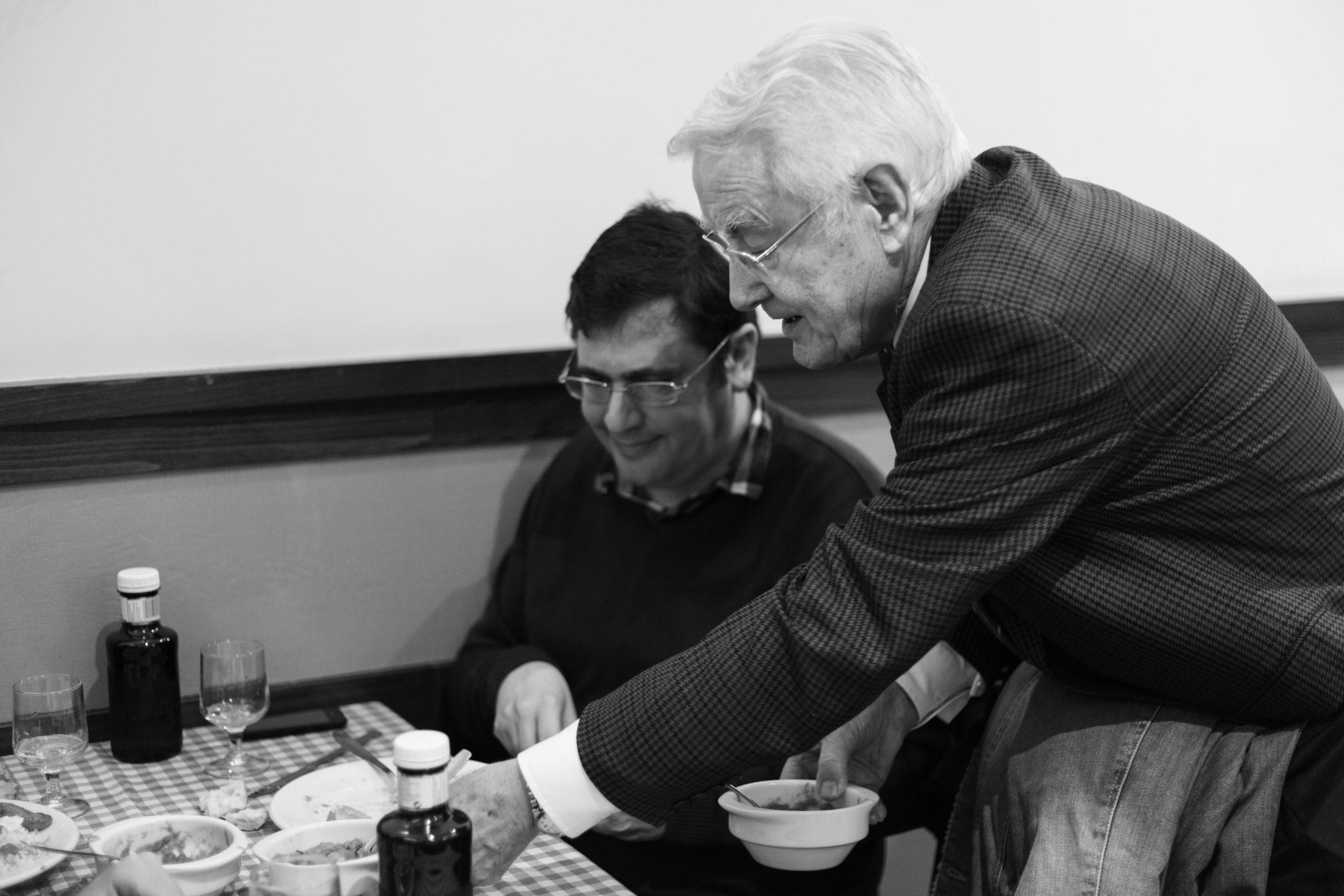 Pepe lleva un plato a una de las mesas.
